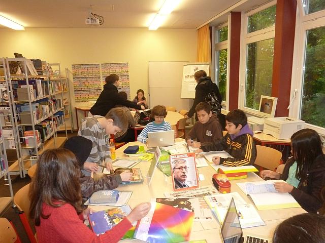 Schüler arbeiten in der Schulbibliothek