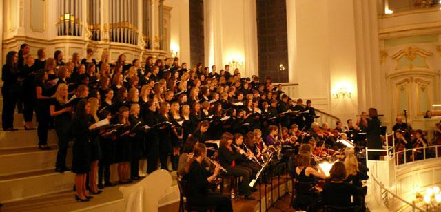 Auftritt des Großen Chors und Orchesters im Hamburger Michel
