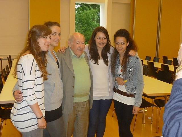 Sally Perel (Hitlerjunge Salomon) mit Goethe-Schülerinnen