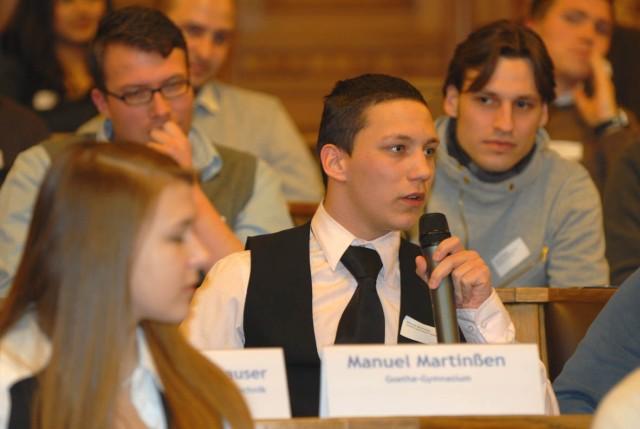 Schüler diskutieren im Jugendforum im Rathaus