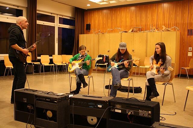 Nachmittags E-Gitarre lernen