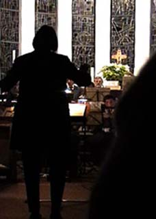 Frau Demattia dirigiert Chor und Orchester