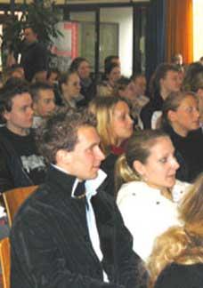Schüler/innen der Studienstufe verfolgen konzentriert die Diskussion.