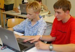 Kai und Ben bei der Internet-Recherche im Chemieunterricht