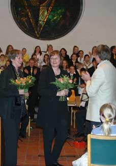 Blumen für Sylvia Achs (Links) und Astrid Demattia (Mitte), für ein umjubeltes Konzert.