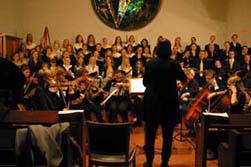 Der Oberstufen Chor und das Orchester unter der Leitung von Astrid Demattia.