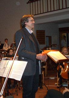 Der Schulleiter, Herr Tegge, eröffnet das Konzert .