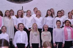 Der Unterstufen Chor unter der Leitung von Sylvia Achs.