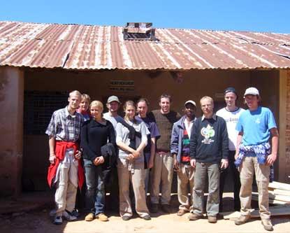 Die Goethe-Delegation und der Tischler der Sunji Primary School in Ludilu