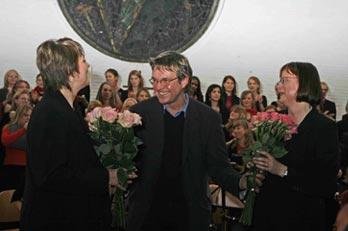 Blumen für Sylvia Achs und Astrid Demattia.