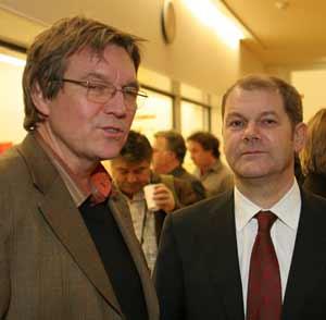 Schulleiter, Egon Tegge, vom Goethe-Gymnasium neben Arbeits- und Sozialminister Olaf Scholz