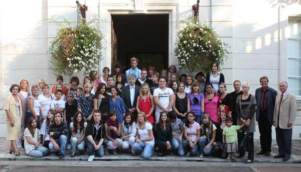 Auf dem großen Gruppenbild: Bürgermeister von Castelnaudary (Mitte) und am rechten Bildrand die drei Schulleiter, die Dame mit dem Kind an der Hand ist die Schulleiterin des Lycée und rechts außen der Schulleiter des Collège, zwischen beiden Herr Tegge.