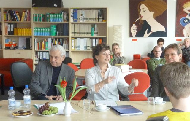 Frau Senatorin Goetsch, Herr Prof. Schaarschmidt und der Schulleiter Herr Tegge, im Hintergrund Kolleginnen in der neugestalteten Lehrerlounge