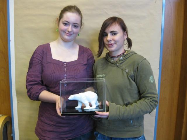 Jadzia Batzies und Friederike Krasemann aus der 9b nehmen für das Goethe-Gymnasium den Klimabären in Empfang.