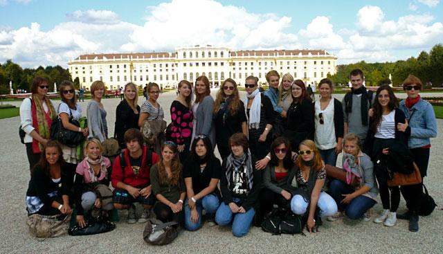 Unsere SchülerInnen vor Schloss Schönbrunn
