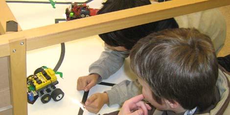 Gespannt wird der Weg der selbstprogrammierten Lego-Roboter verfolgt