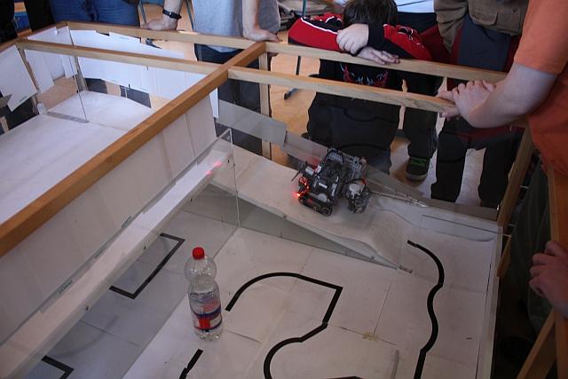 Der siegreiche Roboter auf dem weg nach oben