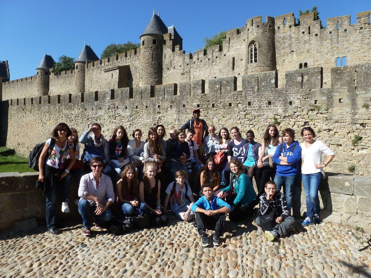 Die SchülerInnen vor der historischen Stadtmauer