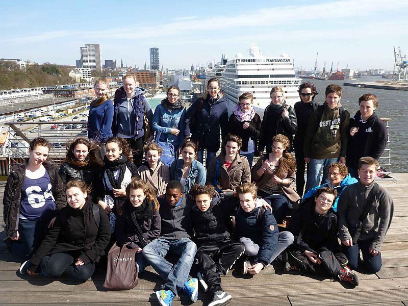 Gäste und Gastgeber verstanden sich von Anfang an aufs Beste: Auf den Docklands an der Elbe freut sich die deutsch-französische Schülerschaft über den von Französischlehrerin Steffi Weisener organisierten Schüleraustausch.