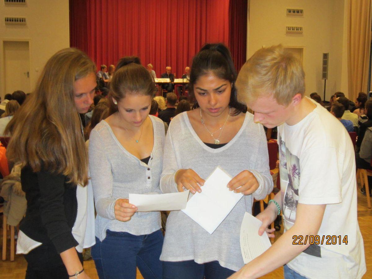 Die SchülerInnen nehmen die Fragen aus dem Publikum an die Experten entgegen