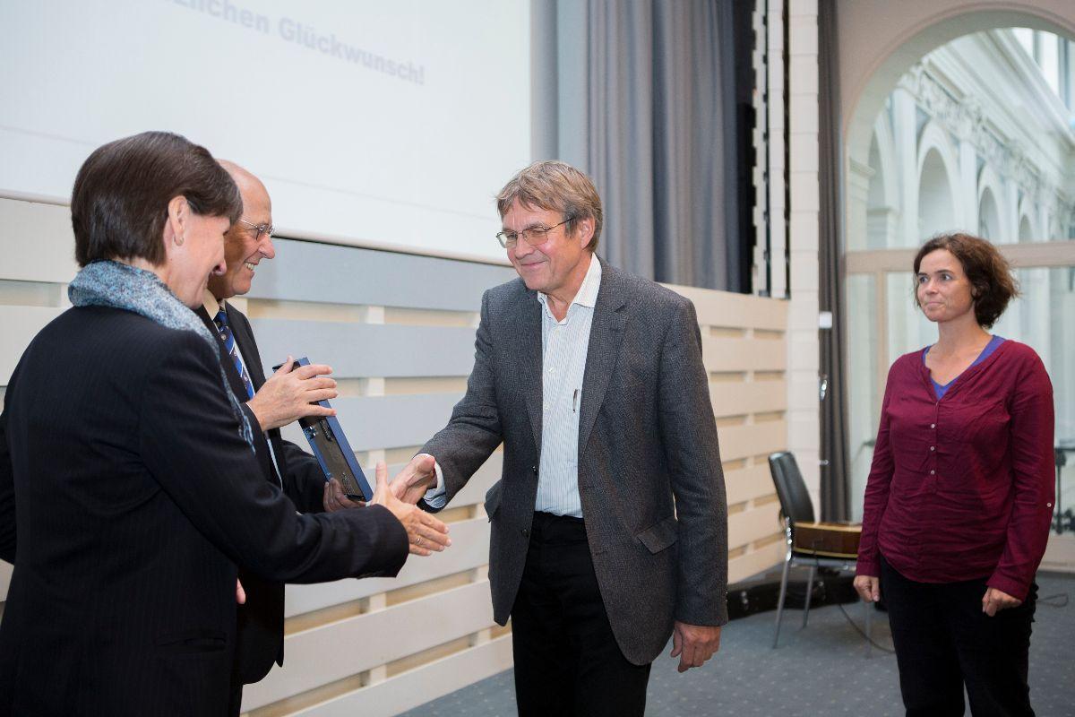 Herr Tegge, der Direktor des Goethe-Gymnasiums nimmt die Auszeichnung entgegen