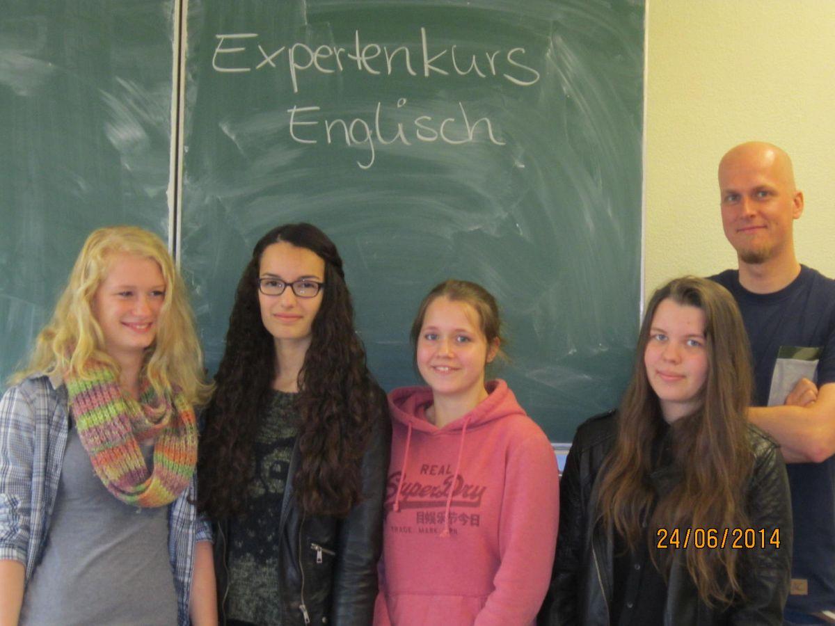 Herr Braunmüller mit einem Teil seines Autorenteams