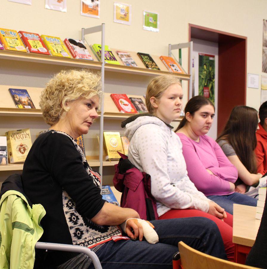 Frau Heselhaus und die SchülerInnen hören aufmerksam zu