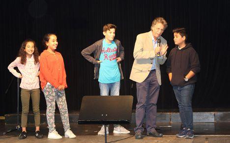 """Stufenleiter Klaus Tepp fragt die """"alten Hasen"""" aus der sechsten Klasse nach Tipps für die Neuen."""