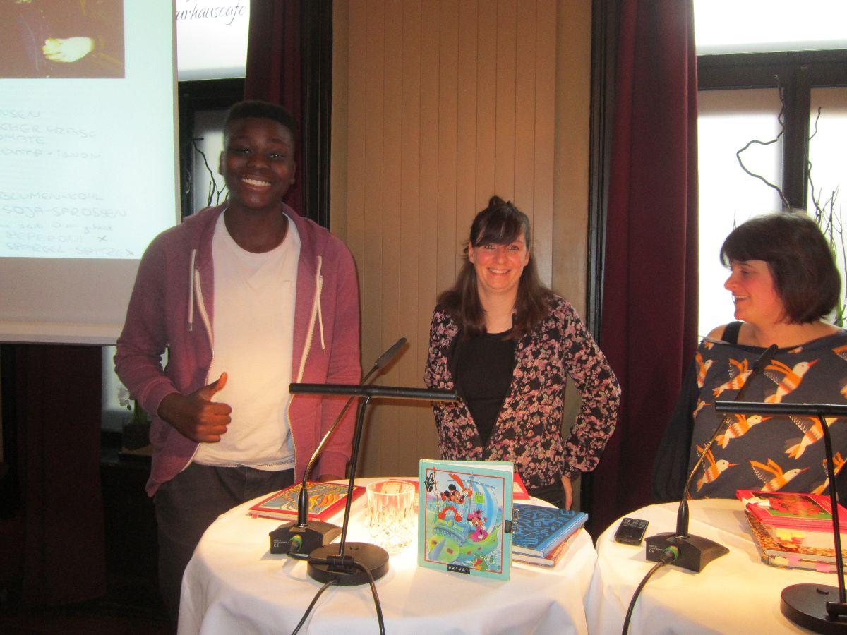 Fabien lässt sich das Buch der beiden Slammerinnen für die Klasse signieren