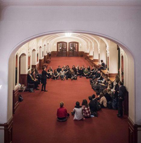 Die Schüler beim Künstlergespräch