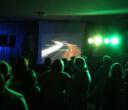 Laute Musik und bunte Lichter in der Pausenhalle - Unterstufenparty